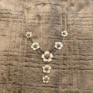 Delicate Floral Necklace 💥5 for $25💥
